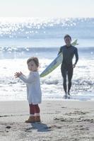 サーフィンをする父親と子供