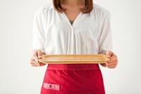 お盆を持つ日本人女性の手元