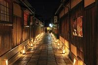 京都府 東山花灯路 ライトアップされた石塀小路