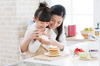 ホイップクリームを絞る女の子と母親