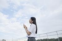 スマートフォンで音楽を聞く女子高生