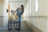 介助される車椅子の老婦人