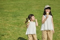 ソフトクリームを食べる日本人の女の子