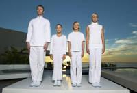 揃いの白い服を着た家族