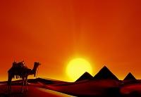 エジプト ピラミッドのある砂漠夕景