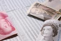 様々な紙幣と株価
