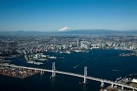 横浜ベイブリッジと横浜港より横浜市街地より富士山方向