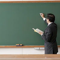 授業をする男性教師の後姿