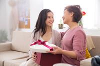 母の日にプレゼントを渡す女性