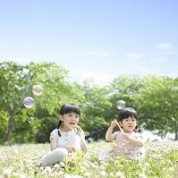 シャボン玉で遊ぶ姉妹