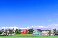 北海道 モダンな住宅と芝生広場