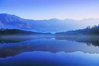 長野県 松本市 上高地 霧の大正池と穂高連峰