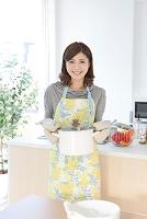 鍋を運ぶ日本人女性