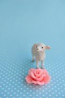 羊の置物と花のモチーフ