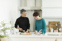 料理をする日本人のシニア夫婦