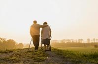散歩する外国人のシニア夫婦