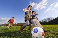 サッカーボールを蹴る日本人の子供
