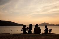 海辺に座る家族