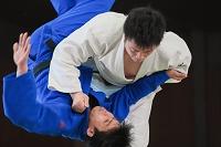 乱取りをする日本人の男子柔道選手