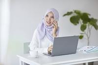 電話をするムスリムの女性