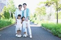 住宅街と日本人家族