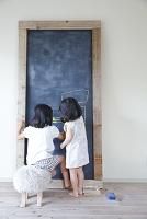 黒板の書き込む女の子