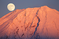 静岡県 天子ヶ岳より紅富士と月