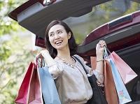 買い物袋を持つ日本人の女性