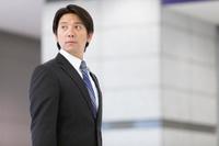 ロビーに立つ日本人ビジネスマン