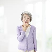 驚き顔のシニア日本人女性