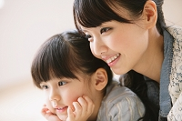 寄り添う母と娘