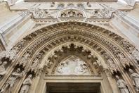 クロアチア ザグレブ 聖母被昇天大聖堂 入り口の彫刻