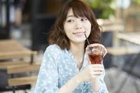 カフェで飲み物を飲む日本人女性