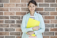 ファイルを持つ20代日本人女性