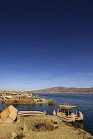 ペルー チチカカ湖 トトラ(葦)で作った人工島・ウロス島とバ...
