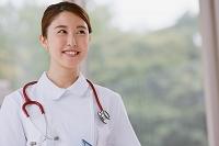 若い日本人女性看護師