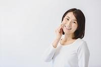フェイスケアをする40代日本人女性