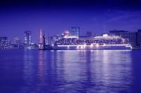 晴海埠頭に停泊中の豪華客船と東京タワーの夜景