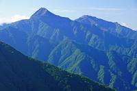長野県 駒津峰から北岳左と間ノ岳右の山