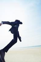 ジャンプするビジネスマンの後ろ姿