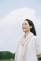 空と笑顔の日本人女性
