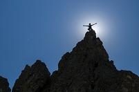 岩山の頂上に立つ男性