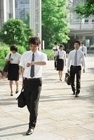 通勤する日本人ビジネスパーソン