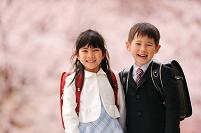 桜と入学の日本人の小学生