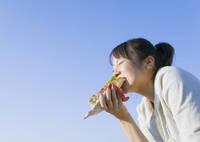 ホットドッグを食べる日本人女性