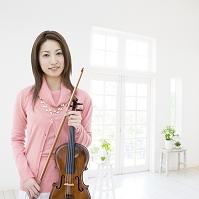 バイオリンを持つ日本人女性