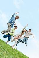 ジャンプをする若者