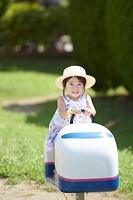 公園で遊ぶ日本人の女の子