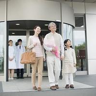 病院を退院する祖父と日本人家族