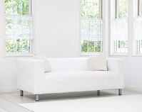 リビングに置かれた白いソファ